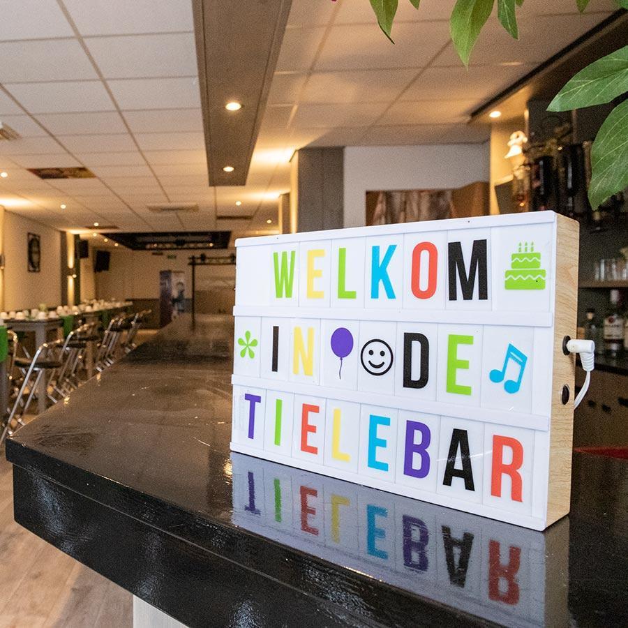 Tielebar catering & verhuur lichtbord Welkom in de Tielebar